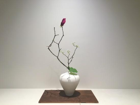 Seasonal flowers provided by Hanacho arranged in a vase made by Taizo Kuroda